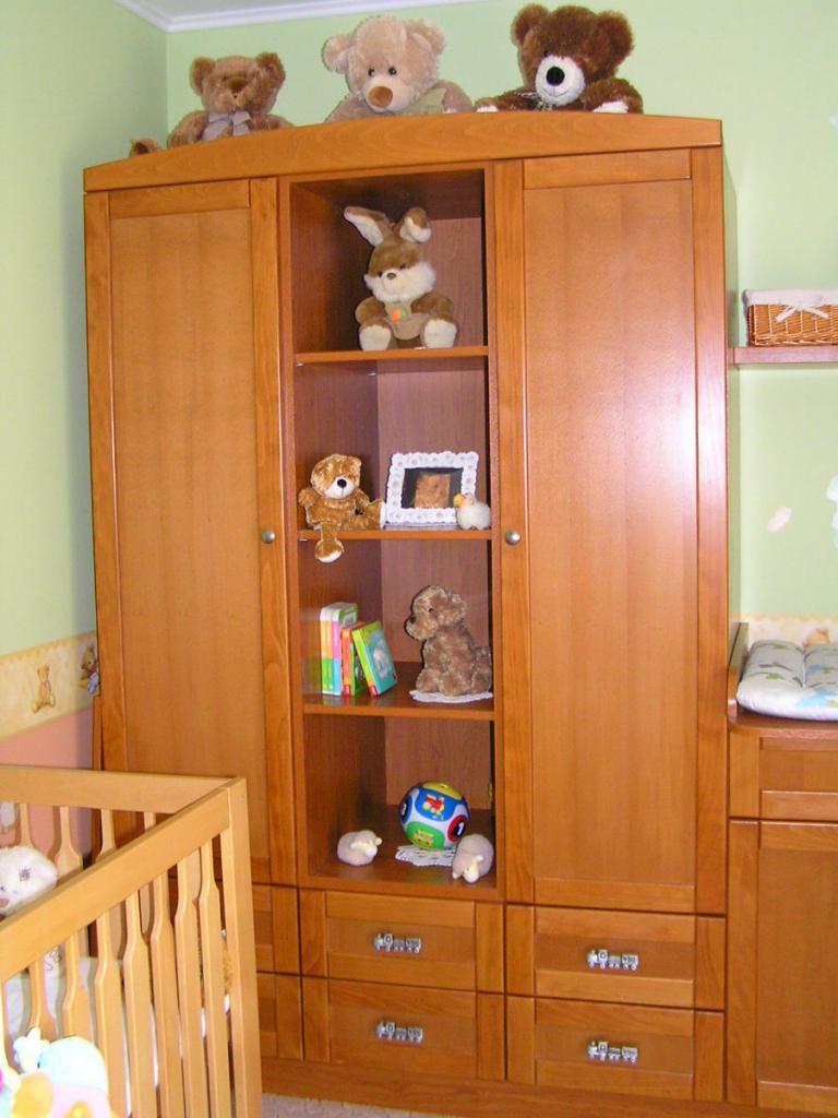 BRIZSn Kft készítésű babaszoba bútor ruhás szekrénye polcokkal, fiókokkal