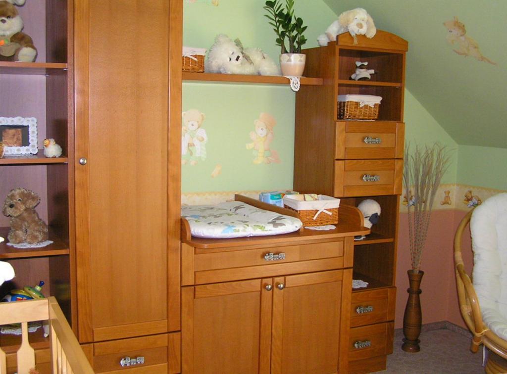 BRIZS Kft készítésű babaszoba bútor, középütt a pelenkázó komóddal