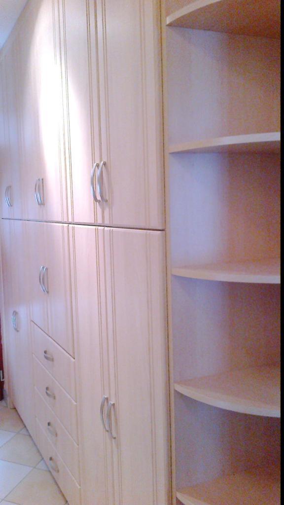 BRIZS KFT - Előszoba szekrény, egyszerű fa felületekkel