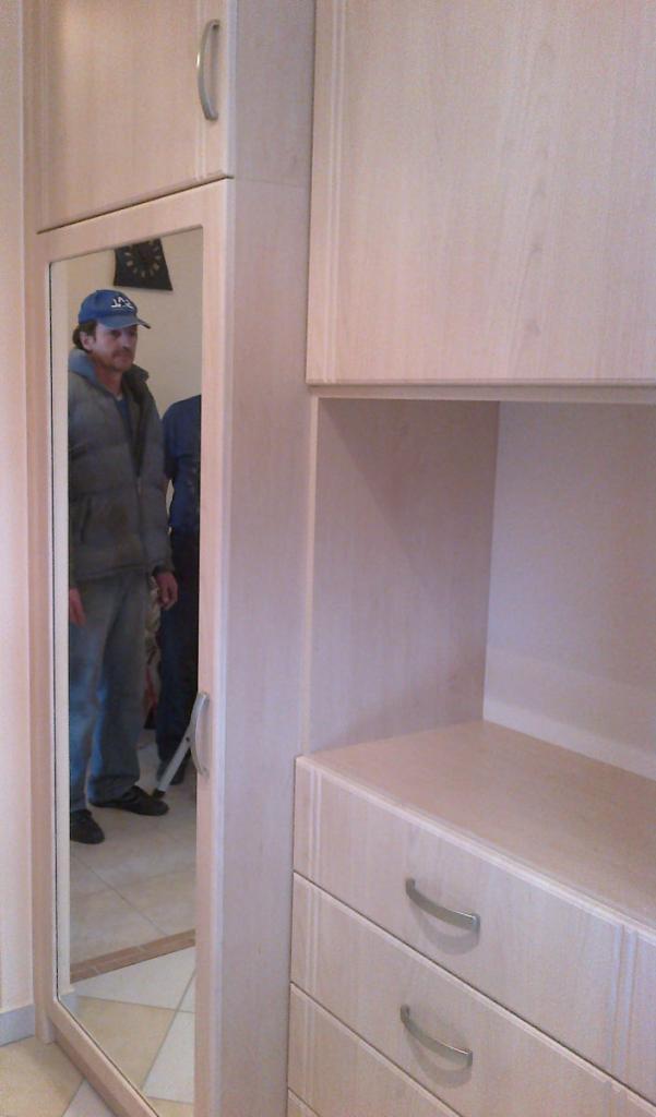 BRIZS KFT - Előszoba szekrény, tükrös ajtóval