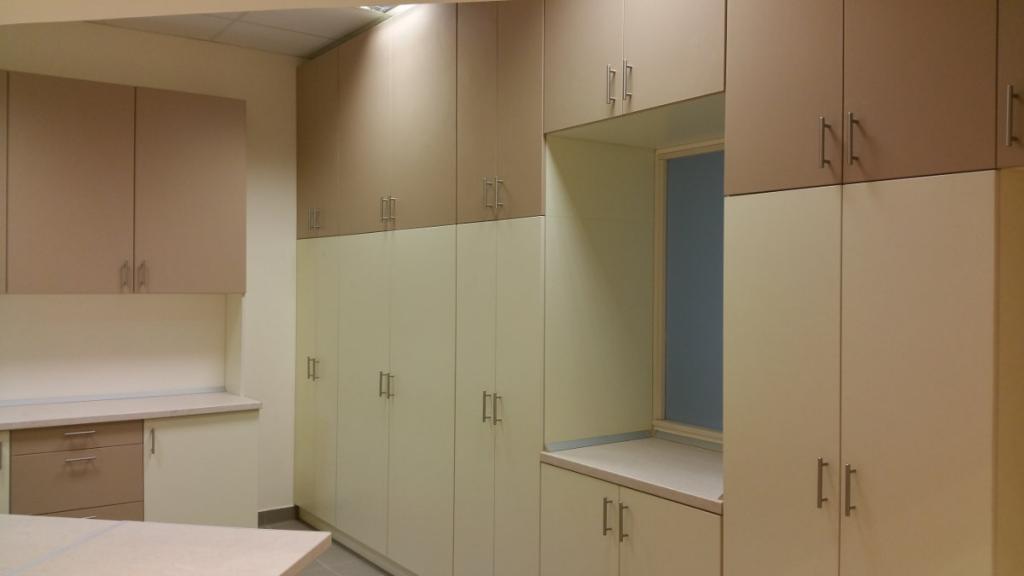 Cornexi számára készült irodabútorok, beépített szekrények, padlótól a plafonig