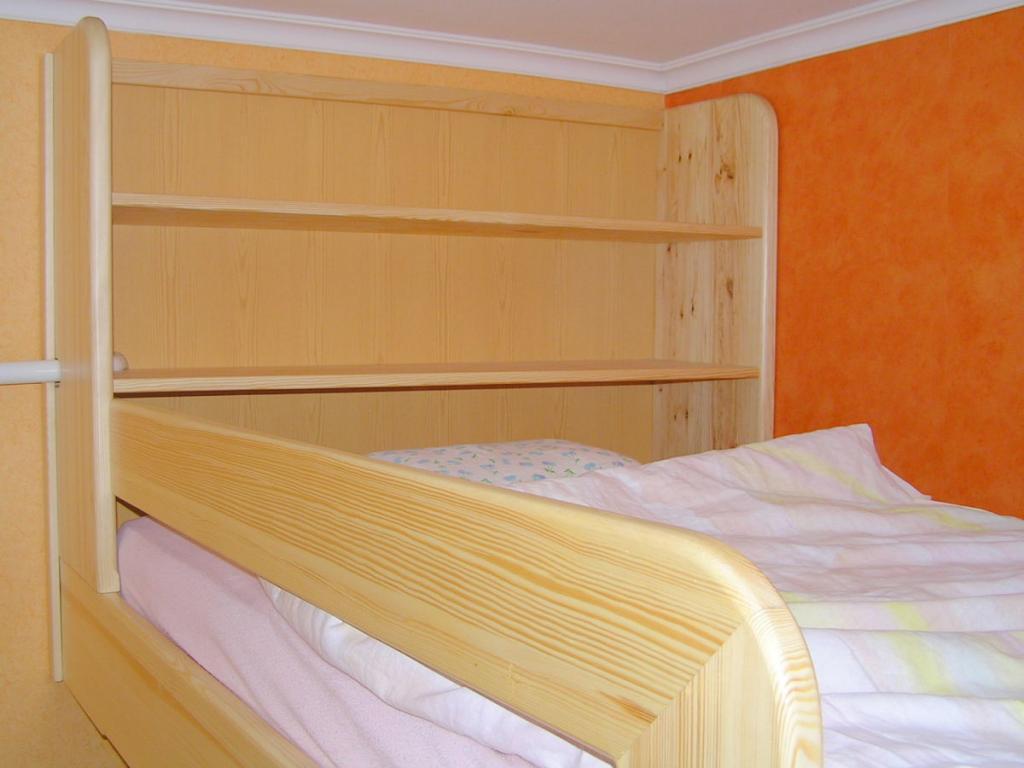Fenyő szobabútor összeállítás, emeletes ágy + szekrények