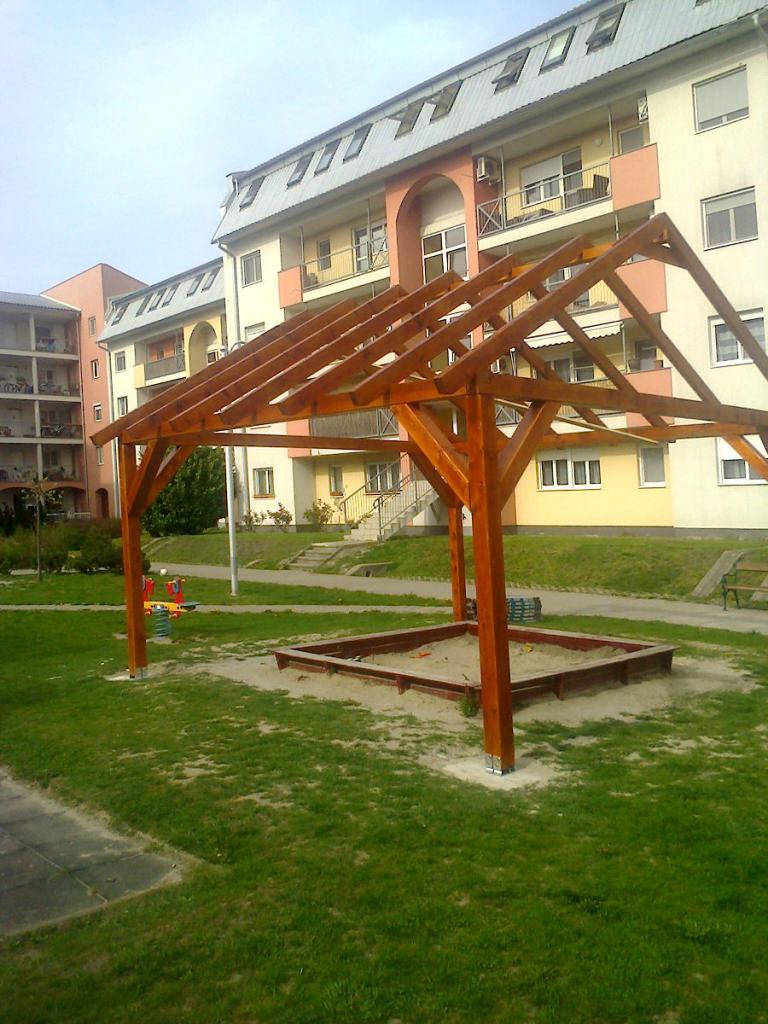 Hübner homokozó - tetőszerkezet felállítása után